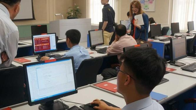 Học sinh Triều Tiên học máy tính tại Đại học Kim Il Sung (ảnh: Flirk)