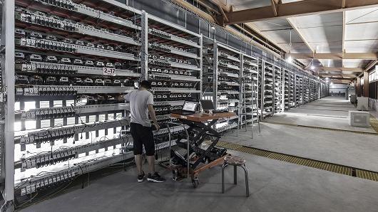 Hệ thống máy đào bitcoin tại một mỏ đào ở Trung Quốc (ảnh CNBC)