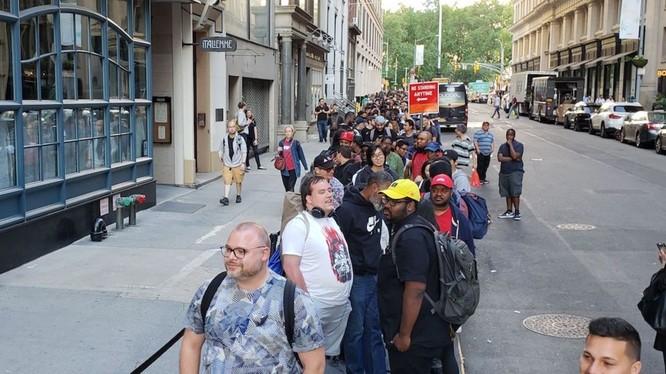 Dòng người xếp hàng mua điện thoại ở New York (ảnh Business Insider)