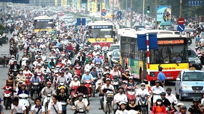 Cảnh tắc nghẽn thường thấy vào giờ cao điểm ở Hà Nội (ảnh: VnEconomy)