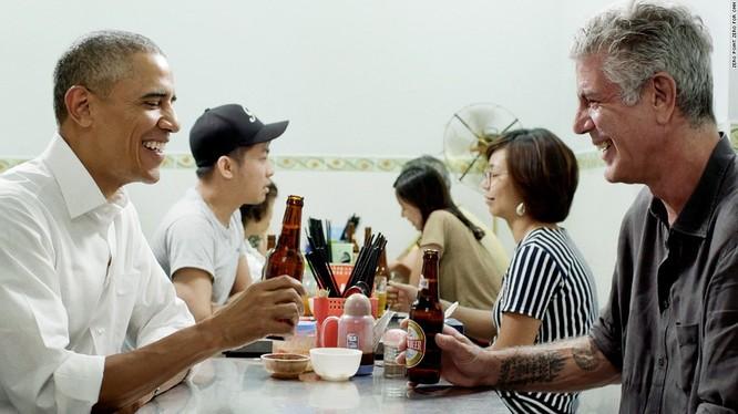 Anthony Bourdain hướng dẫn cựu Tổng thống Mỹ ăn bún chả tại Hà Nội (ảnh: CNN)