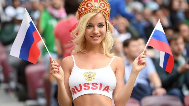 Nữ cổ động viên xinh đẹp của Nga được phát hiện là diễn viên phim cấp ba (ảnh: RT)