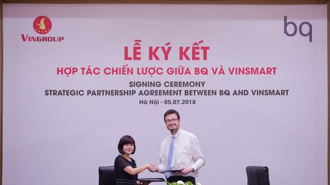 Bà Nguyễn Mai Hoa - Tổng giám đốc VinSmart và ông Alberto Méndez Peydró – Chủ tịch kiêm Tổng giám đốc BQ tại lễ ký kết hợp đồng mua bản quyền sở hữu trí tuệ