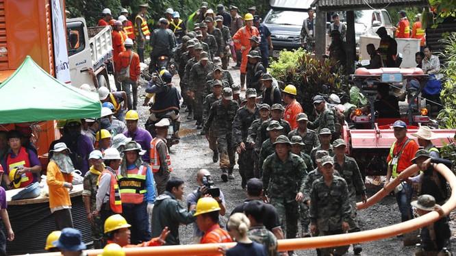 Chiến dịch đưa các thành viên đội bóng Thái Lan ra khỏi hang Tham Luang Nang Nong ở Chiang Rai đang được tiến hành rất khẩn trương (ảnh: express.co.uk)