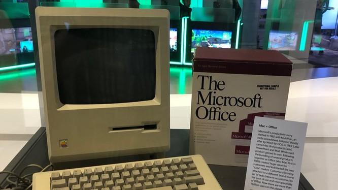 Một chiếc Macintosh đời đầu được trưng bày trang trọng trong văn phòng của Microsoft