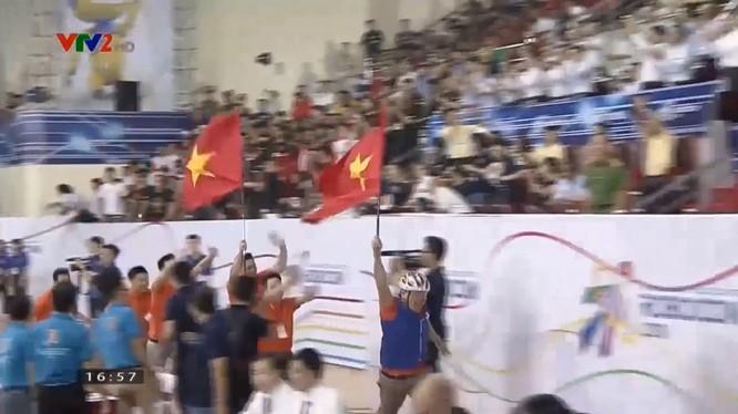 Giây phút mừng chiến thắng của đội Việt Nam (ảnh cắt từ clip)