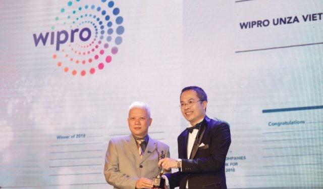 Tổng giám đốc Wipro Unza Việt Nam, ông Phạm Hải Văn nhận giải thưởng từ ông William Ng, Tổng biên tập của Tạp chí HR ASIA
