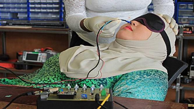 Người thí nghiệm sẽ được ngửi mùi bằng cách đưa một dòng điện vào mũi (ảnh: Imagineering Institute)
