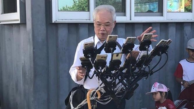 Ông Chen chế ra giá đỡ để chơi được cùng lúc nhiều chiếc điện thoại (ảnh: Twitter)