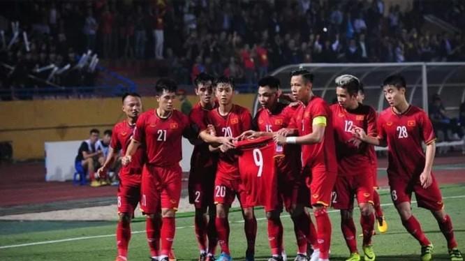 Cầu thủ Việt Nam dành tặng bàn thắng cho Văn Toàn, người bị chấn thương trước trận đấu (ảnh: Fox Sport)