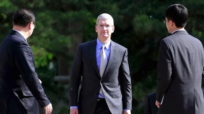 CEO Apple, ông Tim Cook trước cuộc gặp gỡ với Phó Thủ tướng Trung Quốc Lưu Diên Đông (Liu Yandong) tại Bắc Kinh, ngày 12/5/2015 (ảnh: Reuters)