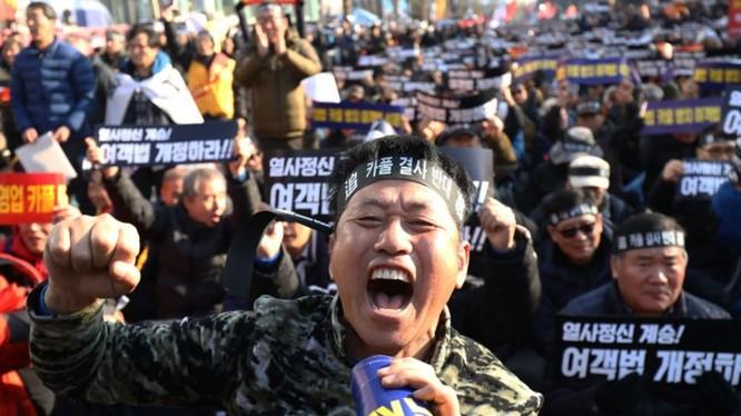 Hàng chục nghìn tài xế taxi Hàn Quốc đã xuống đường biểu tình để phản đối ứng dụng đặt xe công nghệ (ảnh: Chung Sung Jun)