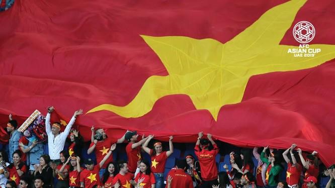Cổ động viên Việt Nam ngất ngây với chiến tích lọt vào vòng 1/8 Asian Cup của đội tuyển Việt Nam (ảnh: Fox Sport)