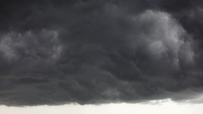 Những đám mây đen trên trung tâm thành phố Miami, Hoa Kỳ (ảnh: Reuters))