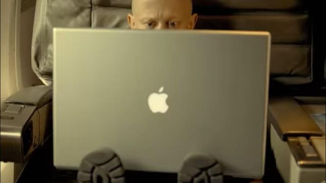 Chiếc MacBook kích thước lớn của Apple (ảnh: YouTube)