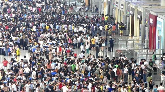 Hàng triệu người Trung Quốc bị cấm di chuyển bằng máy bay và tàu cao tốc sau khi bị đưa vào danh sách đen (ảnh: SCMP)