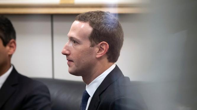 Giám đốc điều hành Facebook Mark Zuckerberg trong một phòng chờ ở Washington vào năm ngoái (ảnh: AP)