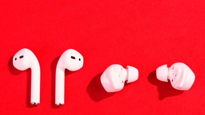 Tai nghe AirPods của Apple và Galaxy Buds của Samsung (ảnh: Business Insider)