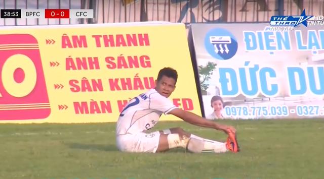 Nguyễn Văn Quân sau khi đá phản lưới nhà tỏ vẻ buồn bã