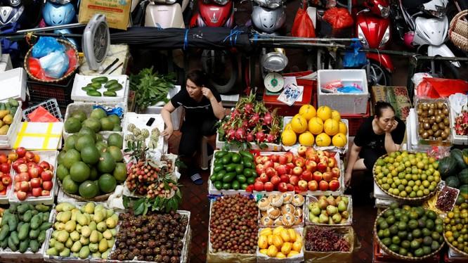 Các tiểu thương ở chợ truyền thống (ảnh: Reuters)