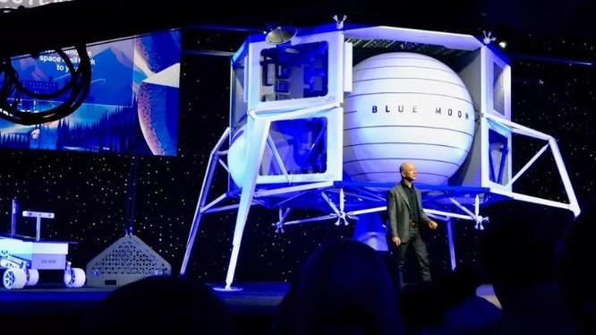 """Tỷ phú Jeff Bezos bên cạnh tàu đổ bộ """"Mặt trăng xanh"""" (ảnh CNET)"""