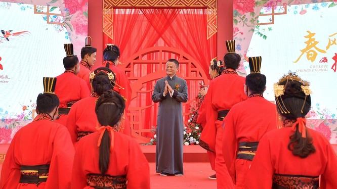 Tỷ phú Jack Ma chúc phúc các nhân viên trong đám cưới tập thể (ảnh Reuters)
