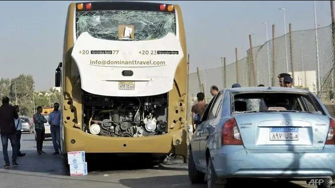 Chiếc xe buýt chở du khách và 1 chiếc xe tư nhân chịu ảnh hưởng từ vụ nổ (Nguồn: AFP)