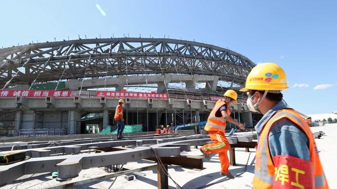 Công nhân xây dựng một sân trượt băng tốc độ cho Thế vận hội mùa đông 2022 ở Bắc Kinh. Trung Quốc đã tăng cường xây dựng cơ sở hạ tầng trong năm nay theo một chương trình kích thích kinh tế (ảnh Reuters)