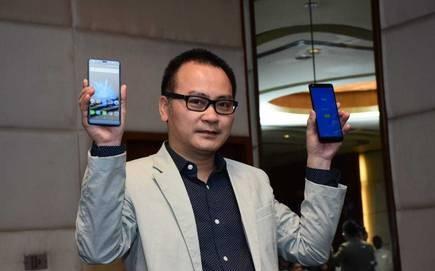 ông Ngô Nguyên Kha, Giám đốc Điều hành tập đoàn Mobiistar giới thiệu những mẫu điện thoại của mình tại thị trường Ấn Độ (ảnh: Hindu Business Line)