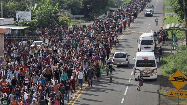 Đoàn người di cư đến Mỹ bị chặn lại ở biên giới phía Nam (ảnh Getty Images)