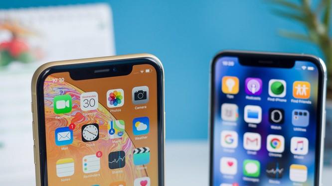 iPhone X và XS nổi tiếng với phần mấu đen khá lớn ở phía trên màn hình (ảnh: Phone Arena)