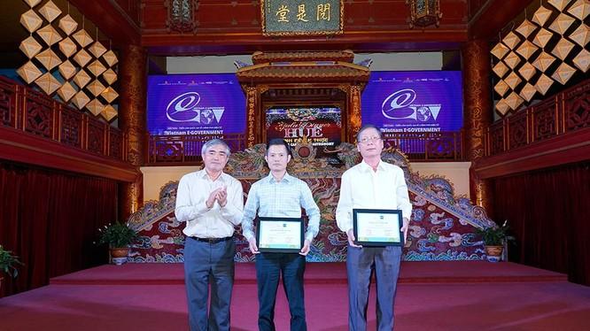 ông Nguyễn Minh Hồng - Chủ tịch VDCA (bên trái) trao chứng nhận cho đại diện Bảo hiểm Việt Nam và Thông tấn xã Việt Nam