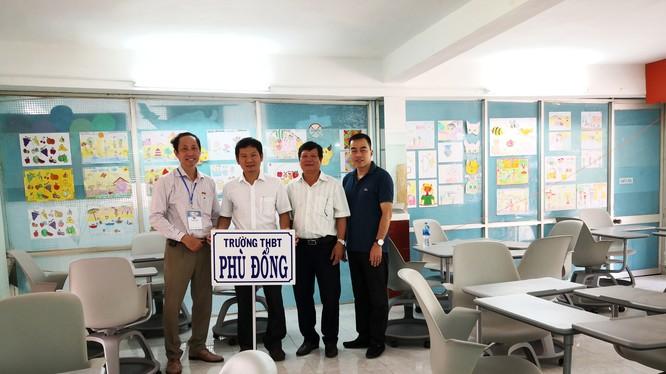 Đại diện Công ty Huawei Việt Nam và Hội Tin học TP. HCM trao tặng bàn ghế cho Trường Tiểu học Phù Đổng, TP. Tuy Hòa, tỉnh Phú Yên.