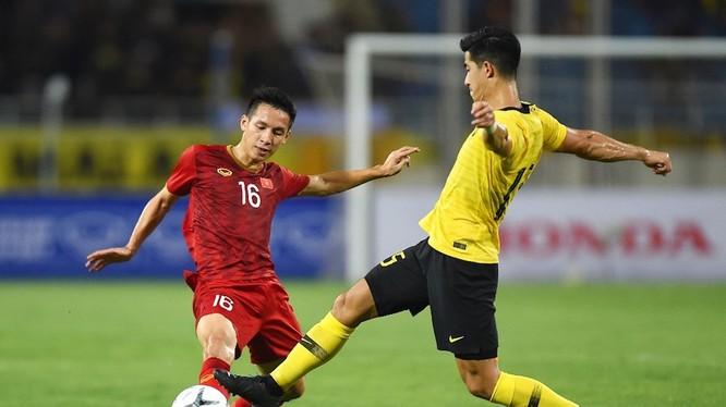 tiền vệ Đỗ Hùng Dũng ngăn chặn một đợt tấn công của Malaysia (ảnh Malay Mail)
