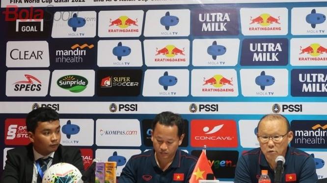 HLV Park Hang-seo trả lời họp báo sau trận đấu (ảnh Bola Sport)