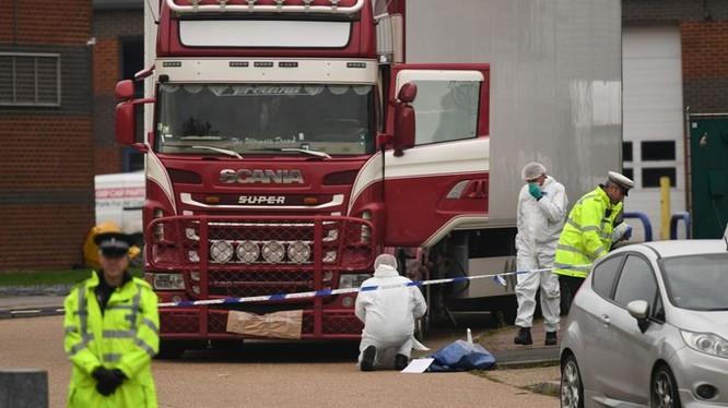 Cảnh cát khám nghiệm chiếc xe container chứa 39 thi thể (ảnh: Sky News)
