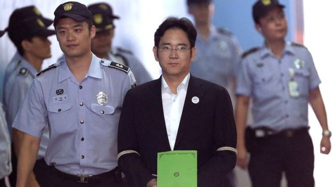 ông Lee Jae-yong phải ra hầu tòa năm 2017 (ảnh BBC)