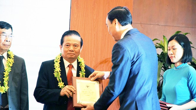 ông Lê Doãn Hợp, nguyên Bộ trưởng Bộ Thông tin & Truyền thông, Chủ tịch Danh dự Hội Truyền thông Số Việt Nam nhận bằng khen (ảnh: Nguyễn Khang)