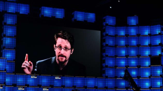 Edward Snowden phát biểu qua một video được phát trên màn hình tại Hội thảo thượng đỉnh về Web, tổ chức tại Lisbon, Bồ Đào Nha