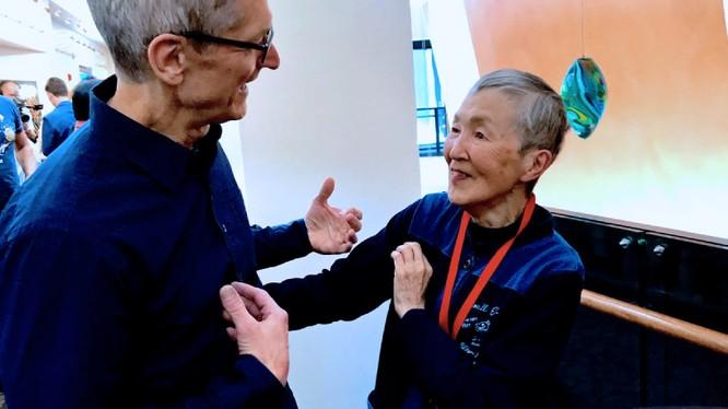 Giám đốc điều hành Apple Tim Cook trò chuyện với bà Masako Wakamiya tại San Jose, California, tháng 6/2017 (ảnh: Nikkei Asian Review)