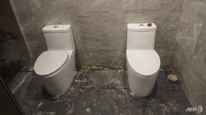 2 toilet không có vách ngăn trong phòng vệ sinh nữ (ảnh AFP)