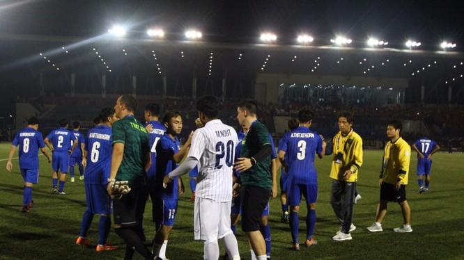 ông Nishino tới an ủi các cầu thủ U22 Thái Lan sau trận đấu với U22 Việt Nam (ảnh: Siam Sport)
