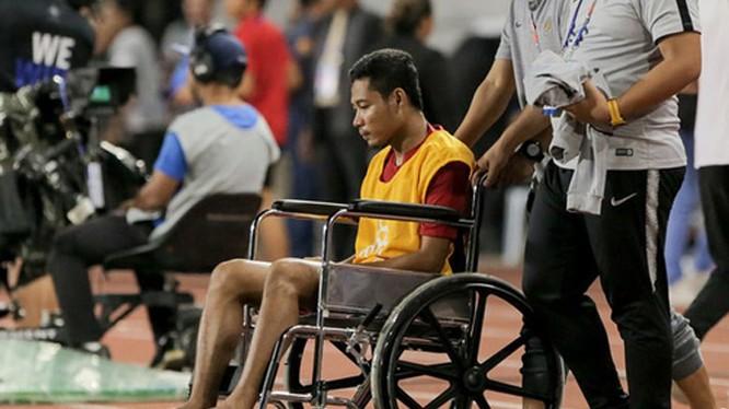 Evan Dimas bị chấn thương và sau trận đấu phải ngồi xe lăn (ảnh: bongdaplus)