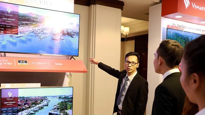 Đại diện VinSmart giới thiệu tivi cho khách thăm quan