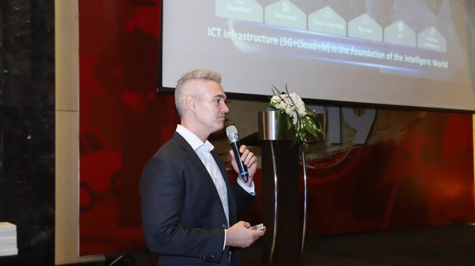 ông Michael MacDonald, Giám đốc Kỹ thuật số (Chief Digital Officer) của Huawei khu vực Đông Nam châu Á chia sẻ về hoạt động kinh doanh của Huawei