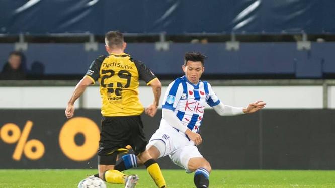 Văn Hậu truy cản tiền đạo Roda JC (ảnh: SC Heerenveen)