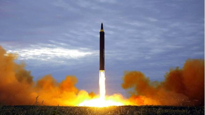 Triều Tiên thử tên lửa tầm trung Hwasong-12. Các nhà phân tích cho rằng Bình Nhưỡng đang tìm kiếm nguồn thu nhập mới để ngăn chặn các lệnh trừng phạt đối với chương trình hạt nhân của nước này. Ảnh: AP