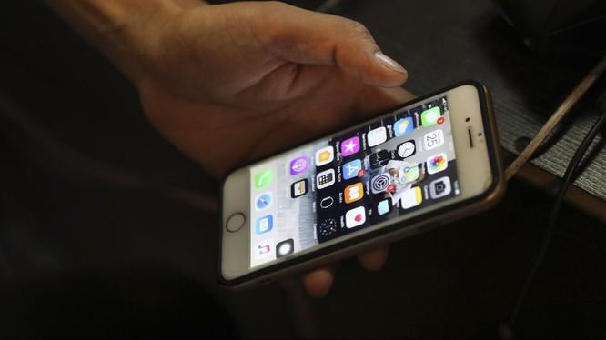 Vi khuẩn có thể tồn tại trên màn hình điện thoại nhiều ngày (ảnh AP)