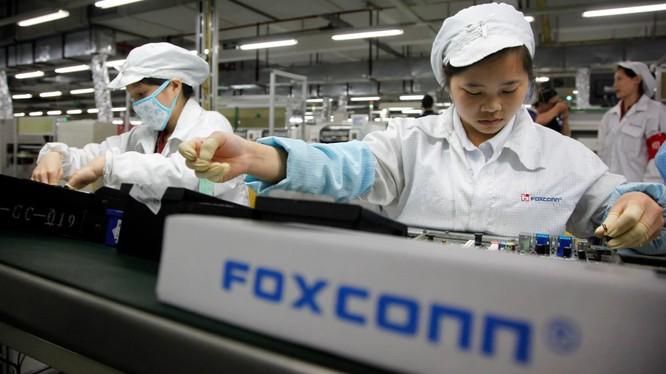 Công nhân lắp ráp thiết bị điện tử tại nhà máy của Foxconn ở Thâm Quyến (ảnh Getty Images)