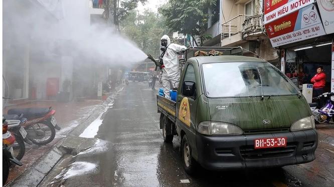 Quân đội phun thuốc khử trùng tại một con phố sau khi phát hiện một phụ nữ dương tính với Covid-19 (ảnh: EPA)